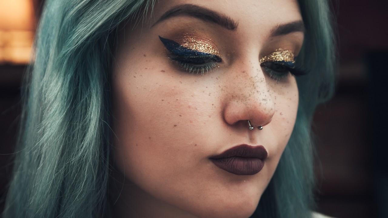 femme maquillée épillation de sourcil